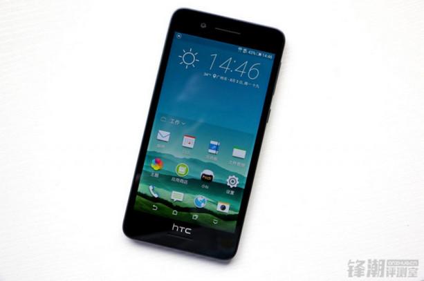 HTC Desire 728 Berpose Didepan Kamera