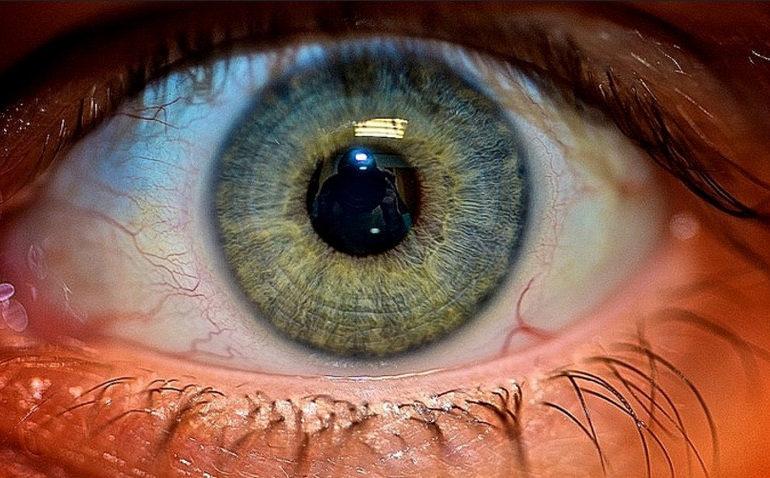 Google Patenkan Smart Lens yang Dipasang Secara Implan ke Bola Mata