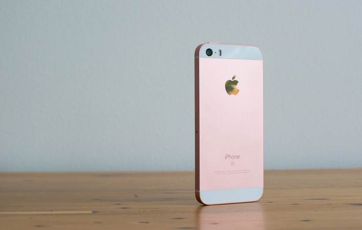 Apple: Penjualan iPhone SE Melebihi Harapan