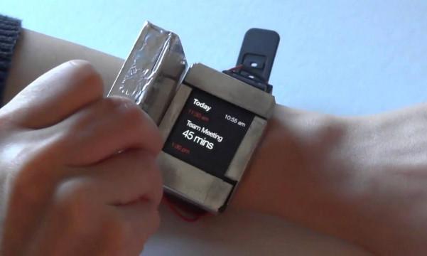 Aneh, Smartwatch Ini Memiliki Layar Ganda