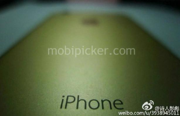 Desain iPhone 7 Warna Gold Dengan Kotak Kemasannya Terlihat Dalam Gambar