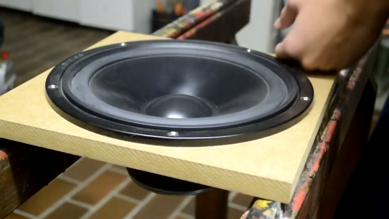 Periksa apakah lubang sudah klop dengan speaker dan amplifier